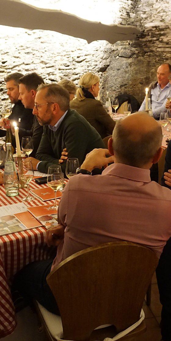 Executives treffen sich bei der The Boardroom Lounge im Weinkeller